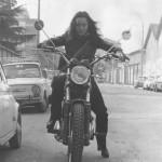 Anni 20, non del secolo, della centaura. In sella a Ducati Scrambler 350, la prima moto. Come caspita avrà fatto a non ammazzarsi con quelle zeppe ai piedi? Ok, andavano di moda, ma per camminare. Forse erano l'unico modo per toccare terra con la punta del piede.
