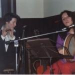 33 anni. Al Lady's Bar. Serata di musica celtica. Al tamburo irlandese. La mano destra, nascosta, regge un battente a forma di martelletto, con il quale si suona tradizionalmente lo strumento.