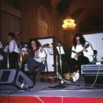 """35 anni. Il trio, che presenta un repertorio di musica napoletana tratto dalla Nuova Compagnia di Canto Popolare, si chiama """"Scetavaiasse"""". Sulla destra al mandolino."""