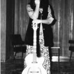 13 anni. Con una chitarra jazz, prestata per sgranchirmi le dita, poco prima di un'esibizione a una festa di Carnevale della scuola. Mi aspetta una platea di insegnanti, allievi e parenti.