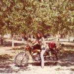 Meglio. In sella a Yamaha 350, la seconda moto. La scarpa si è adeguata al mezzo e il look si è fatto hippie: capelli alla Angela Davis, camiciola indiana, jeans scolorito, sacco a pelo e zaino sul portapacchi. Sullo sfondo alberelli in fasce. Partenza per il campeggio successivo, alla ricerca di ombrose sequoie.