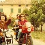 Senza casco. In sella a Yamaha 400 Custom, la terza moto. Sulla sinistra, alla guida, durante un raduno di motocicliste in Romagna. È con entusiasmo che stanno per tagliare il traguardo e dirigersi verso le piadine e il Sangiovese. Ma chi guida al ritorno? E chi torna?