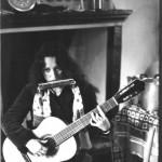 21/22 anni. Alla Bob Dylan. Un accordo di sol maggiore settima e l'armonica a bocca.
